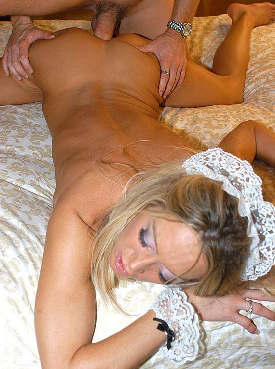 Blondes Luder von Hinten anal gefickt