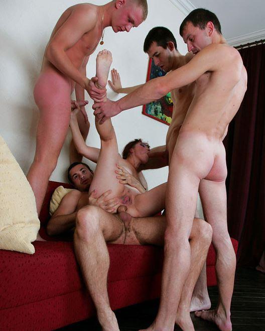 Vier Kerle beim Anal Gangbang mit dem Luder